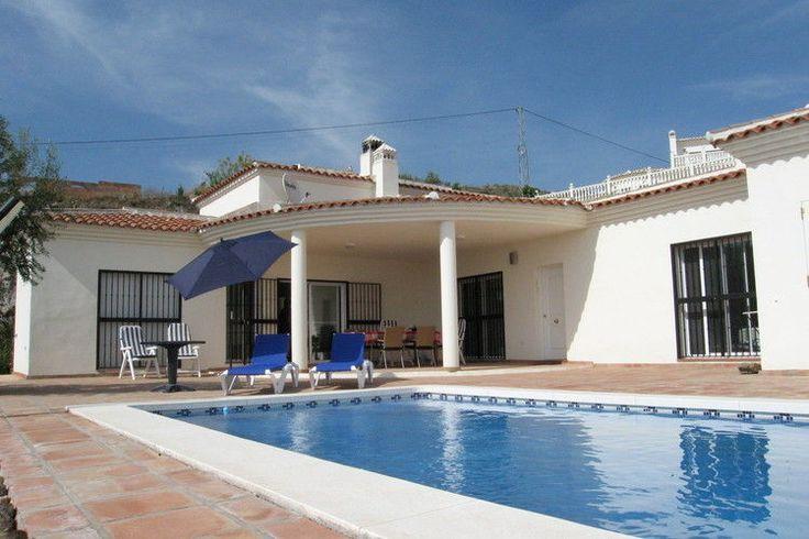 In Arenas (Costa del Sol te Spanje) staat dit leuke vakantiehuis met privézwembad te huur. Kijk voor meer info op de website.