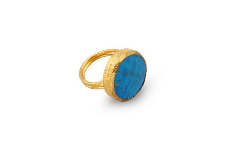 Δαχτυλίδι από επιχρυσωμένο μπρούντζο και ημιπολύτιμη γαλάζια πέτρα.