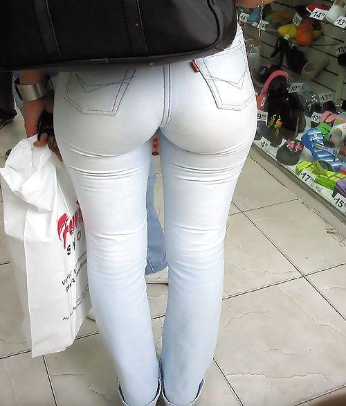 выделяется пизда из обтягивающих штанов фото