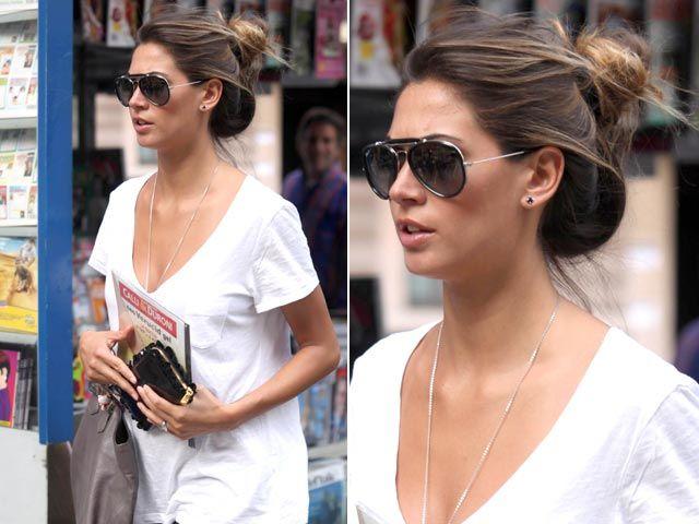 Anche la ''nostrana'' Melissa Satta opta per un maxi chignon morbido illuminato dai colpi di sole durante un giro di shopping milanese.