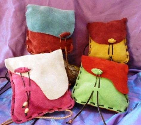 fun, colorful leather pouches. Obra de artesanía: Bolso de cuero Artesanos de l…