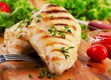 Poitrine de poulet mariné pour le BBQ.