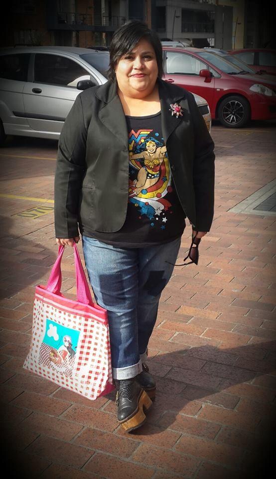 """Hoy de """"Comic chic"""" (jejeje), para un día muy especial. Camiseta de la Mujer Maravilla y Jean de Torrid / Chaqueta de Laurita by Ricci / Zapatos de Tiza Caliza / Medias Tall / Cartera DivaRosa. Feliz miércoles para todos."""