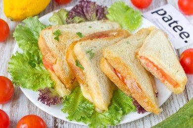 Горячие сэндвичи с колбасой, сыром и помидорами