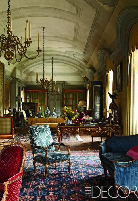En el salón de este histórico castillo francés, propiedad del conde Jean de Ganay, los candelabros barrocos cuelgan de un techo diseñado por Mogens Tvede. El mobiliario incluye un sofá Luis XV y un sillónLouis XVI en color rojo. El escritorio y la biblioteca son de estilo Regency.