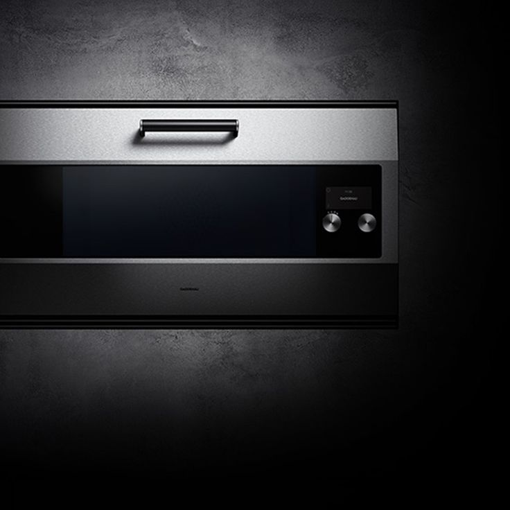 This year sees the 30th birthday of Gaggenau's iconic EB 300. The concept of this unique, stand-alone 90 cm wide oven has remained almost untouched over three decades, providing a professional cooking experience beloved by top chefs and keen amateur chefs alike. Relaunched and named in honour of our 333rd anniversary, the EB 333, like its predecessor, is crafted almost entirely by hand using carefully selected materials.