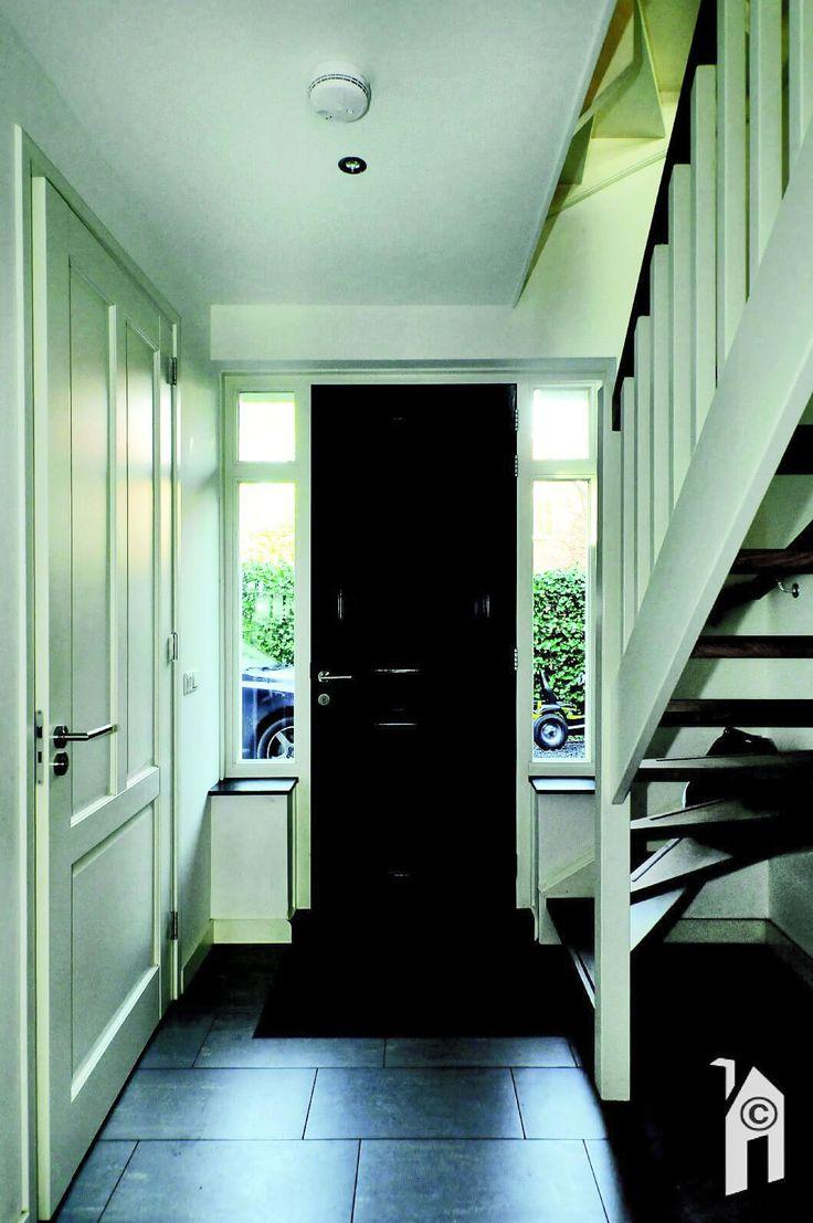 Entreehal met rechts de houten trap naar de verdiepingen
