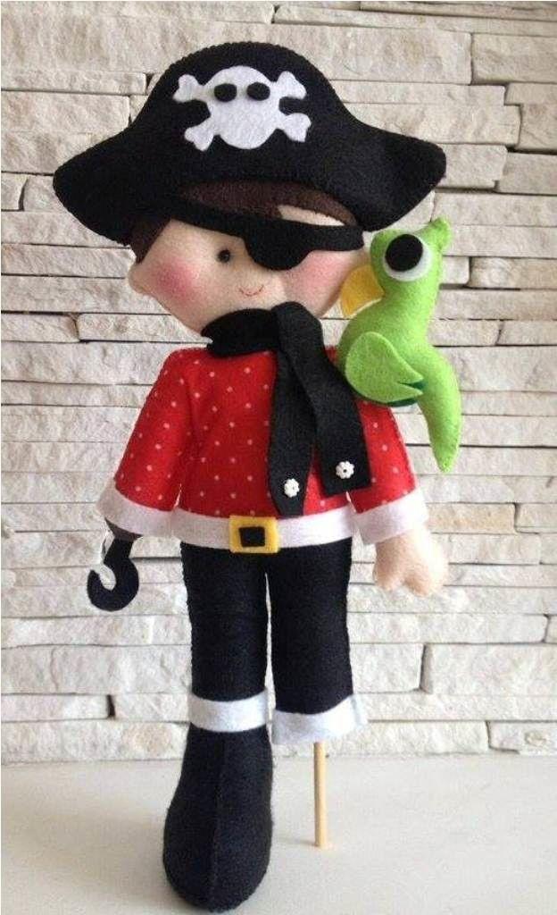 Pirata com papagaio no ombro em feltro. <br>Medida 30cm de altura.