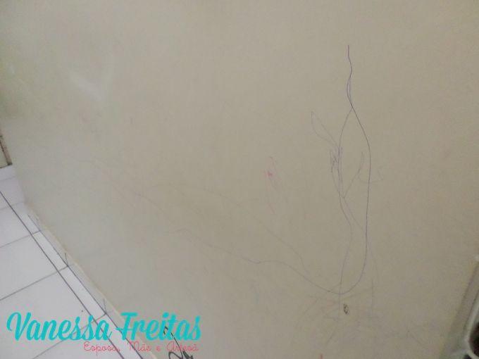 Tirando riscos de caneta das paredes brancas