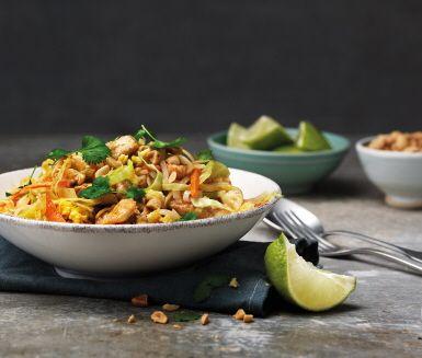 Pad Thai är en av Thailands klassiska rätter och en storfavorit även här i Sverige. Nu kan du enkelt laga den hemma! Den är mild i smaken och garneras med koriander, lime och hackade jordnötter efter tycke och smak. Kanske en ny favorit att varva fredagstacosen med.