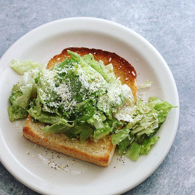 おはようございますー😋今朝はシャキシャキのレタスにたっぷりのチーズを和えてのせたサラダトースト。パンの左右からレタスをギュッと挟み込んで、大きく口を開いてかぶりつきます〜😝 . 熊本とっぺん野菜を使ったトーストレシピより @toppen_yasai . . #サラダトースト #シャキシャキ #シャッキシャキ #goodmorninggoodbreakfast #熊本とっぺん野菜 #レタス #トースト #パルミジャーノレッジャーノ #朝食クリエーター #朝ごパン #トースト部 #おしゃパン #おうちカフェ #朝ベジ #朝ベジ部 #朝ベジトースト #とりあえず野菜食 #toastgram #everydaysalads