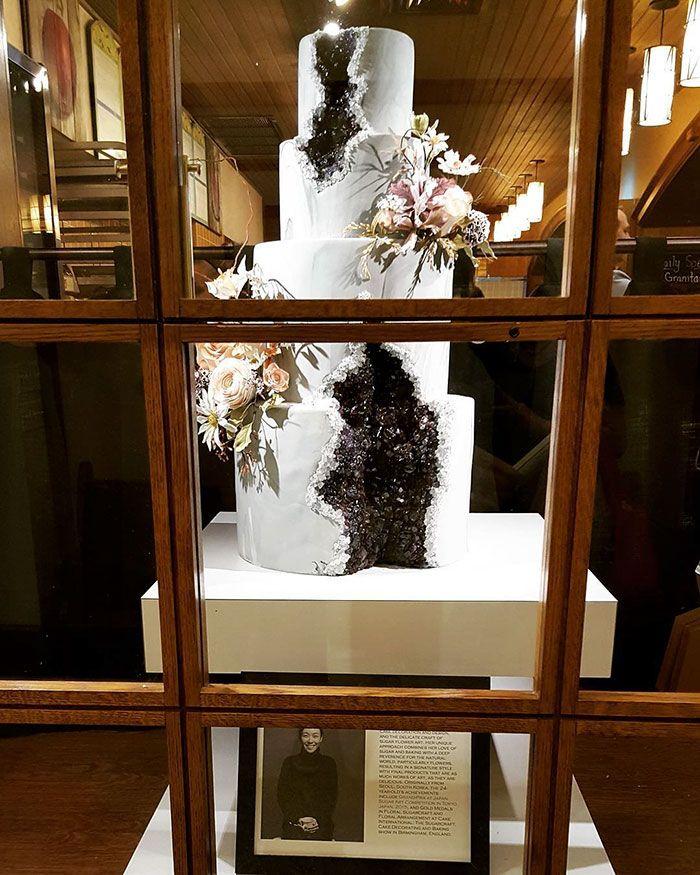 Afastem-se, tradicionais bolos de casamento brancos, os bolos geodes estão assumindo agora! Coberto de cristais comestíveis deslumbrantes, estas confecções rochosas tornaram-se estão entre os mais desejados pelas noivas nesta temporada.