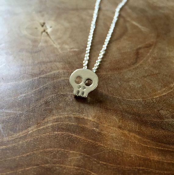 Tiny Skull  ketting met een kleine schedel  van MotorandTea op Etsy