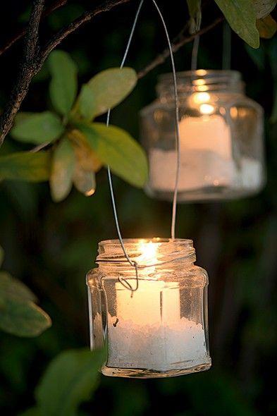 Ilumine a festa com lanternas feitas com potinhos de geleia. Estas, feitas pelo ateliê La Calle Florida, têm alças de arame e sal grosso no fundo, para evitar que o vidro se quebre