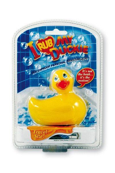 """le canard vibrant le plus célèbre du monde, """"I Rub My Duckie"""" est disponible dans un nouveau packaging, en format de voyage et coloris jaune. Ce charmant petit canard tendance est avant tout un vibromasseur 100% étanche qui saura vous masser, vous détendre, ... et plus si affinités. #Sextoy"""