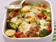 Met lekker veel groentjes - Libelle Lekker! 400 g gemengd gehakt 400 g aardappelen (in plakjes) 250 g broccoli (in roosjes) 2 wortelen (in plakjes) 250 g tomaten (kleine) citroenzeste (een beetje) 3 eieren 200 ml room 150 g kaas (geraspt) boter 3 el paneermeel 1 el peterselie (gehakt) nootmuskaat peper zout