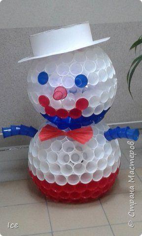 Картина панно рисунок Поделка изделие Новый год Вырезание Моделирование конструирование Снеговик из цветных стаканчиков Бумага Материал бросовый фото 1