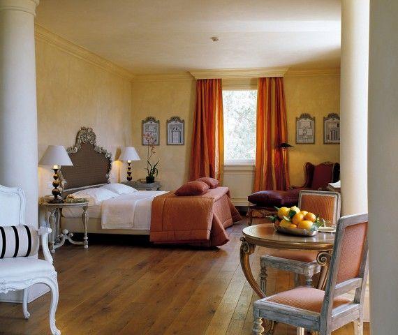 #Eleganti e sofisticati gli #arredi: specchiere e #divani, #tavoli e #salotti si richiamano l'un l'altro in un coerente ripetersi di motivi #ornamentali.