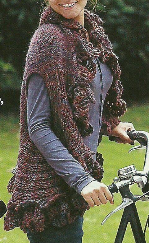 Realizzata ai ferri in lana melange e impreziosita da una ricca rouche all'uncinetto questa magnifica mantella è perfetta per affrontare i primi freddi autunnali e completare un look casual.