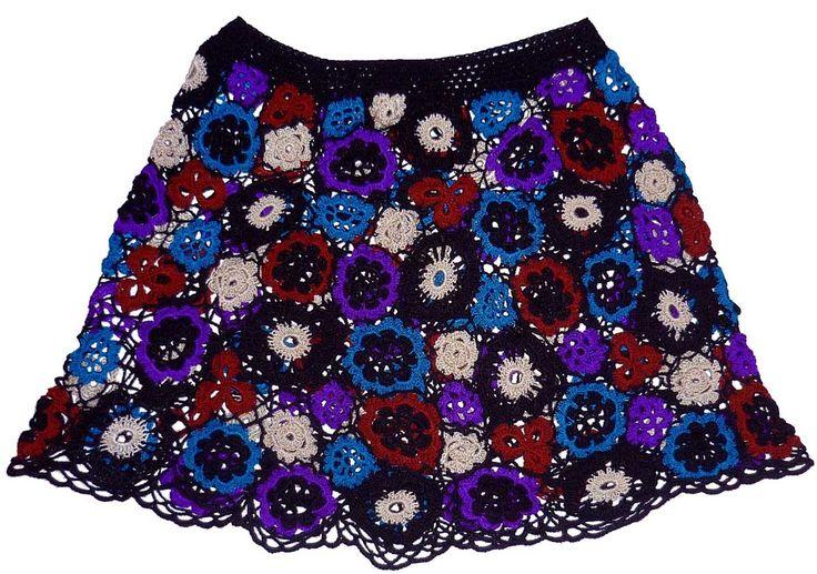 Falda tejida a crochet en hilos de colores negro, turquesa, blanco ostra, violeta y marrón, talla S