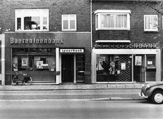 Boerenleenbank en Raiffeisenbank naast elkaar op de Rijnlaan. Foto Jan Verheul