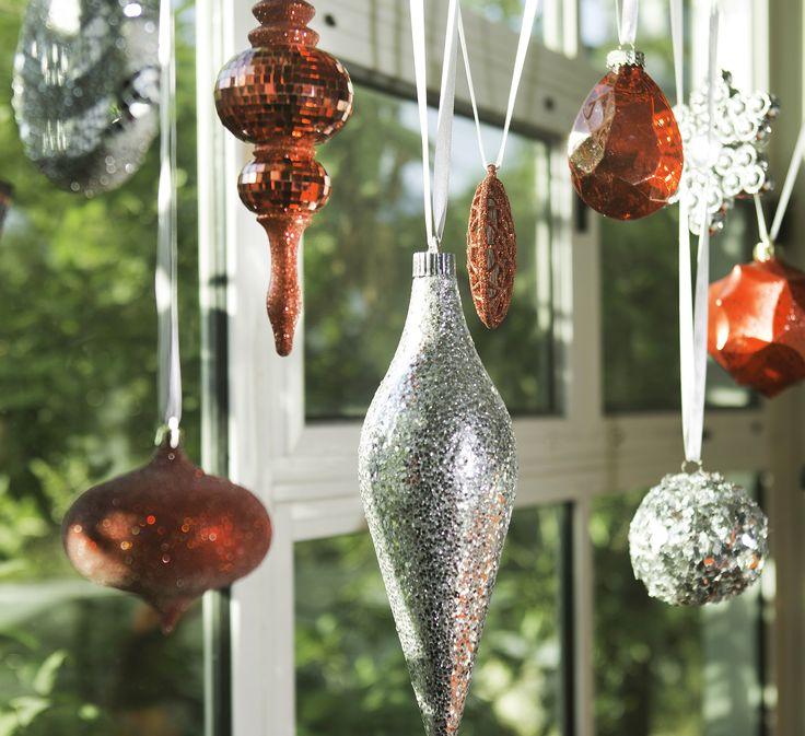 Utiliza esferas y otros ornamentos para decorar alguna ventana importante en tu casa.