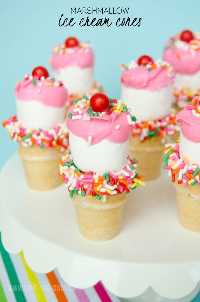 How cute are these Mini Marshmallow Cones? Perfect for summer!