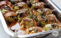 ZOBACZ przepis na gołąbki z młodej kapusty. Pieczone gołąbki z ryżem w sosie pomidorowym z plasterem boczku i koperkiem. Pychotka.