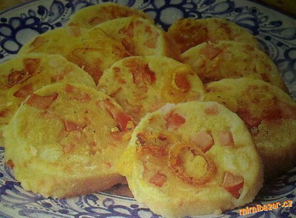 Do misky nastrouháme brambory, přidáme na kostičky nakrájené rohlíky, přidáme vejce, mouku, strouhan...