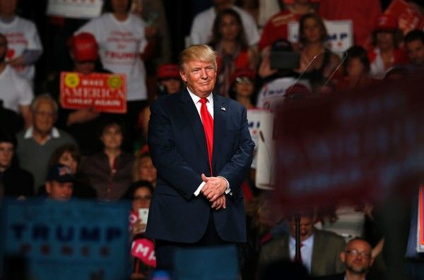 US Republican presidential candidate Donald Trump addresses supporters at Macomb Community College on October 31, 2016 in  Warren, Michigan. / AFP / JEFF KOWALSKY