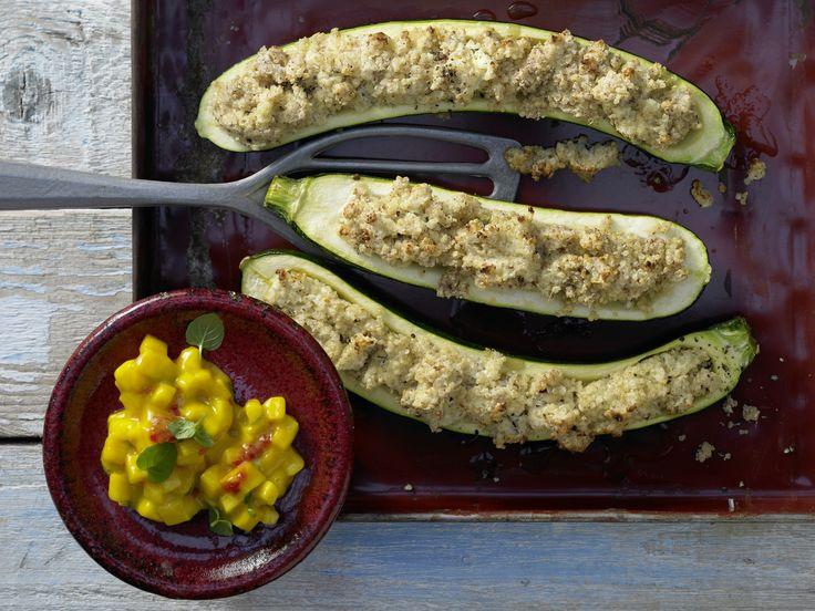Zucchini und Quinoa pushen sich gegenseitig. lecker! Gratinierte Zucchini - mit Quinoafüllung und Mangosauce - smarter - Kalorien: 250 Kcal - Zeit: 30 Min. | eatsmarter.de