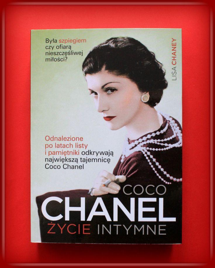 """Książka dla Ciebie i na prezent - """"Coco Chanel. Życie intymne."""" w księgarni PLAC FRANCUSKI. Lisa Chaney dotarła do niepublikowanych wcześniej pamiętników i listów miłosnych Chanel. Dzięki nim Coco Chanel. Życie intymne to podróż w dotychczas nieznany i niedostępny świat. Zakazana miłość, narkotyki i sekrety artystycznej bohemy. Tego nie ma w żadnej innej książce o Coco Chanel."""