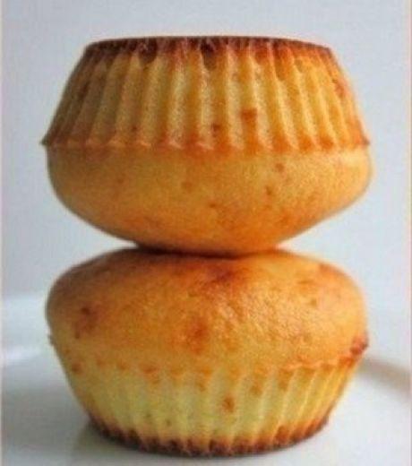 Бомбочки от Джейми Оливера  Ингредиенты:  - манка 100 грамм  - мука 50 грамм  - разрыхлитель 1/2 ч. ложка  - сахарная пудра 60 грамм  - яйцо  - масло растительное 70 грамм  - молоко 100 мл  - джем или варенье  Необходимый инвентарь: духовка ( 180 градусов), формочки для кексов  Приготовление:  Сначала смешиваем все сухие ингредиенты. Затем смешиваем жидкие ингредиенты, взбиваем при помощи вилки, а потом соединяем жидкие и сухие смеси. Перемешиваем до однородности, получаем негустое тесто.  В…