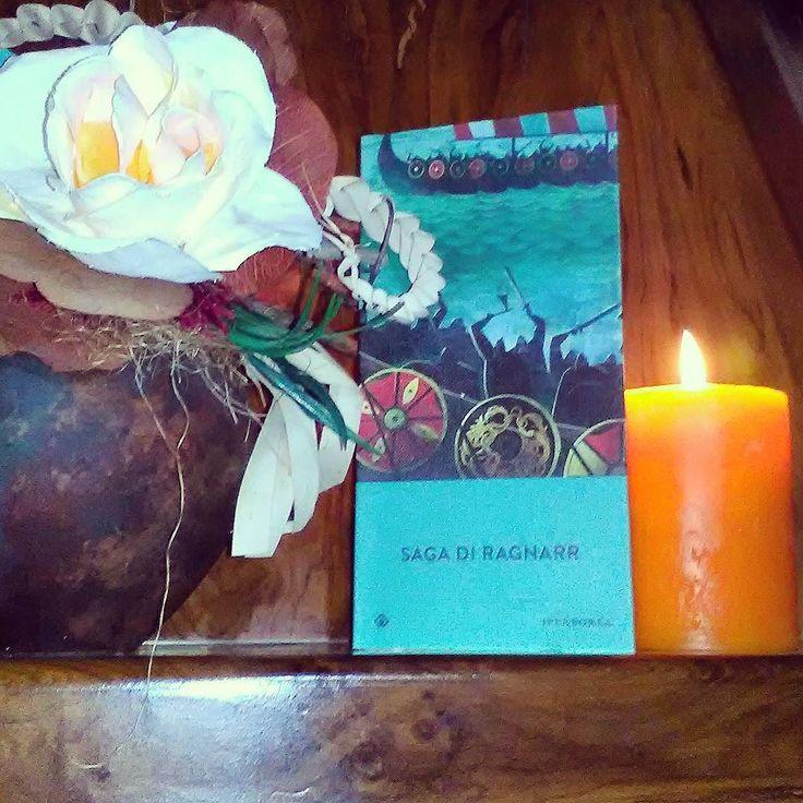 È uscita la prima puntata della nuova stagione di Vikings... Non vedo l'ora di vederla! Nel frattempo nuova lettura a tema: La saga di Ragnarr edito Iperborea ha infatti lo stesso protagonista della serie. Seguite la serie? Che ne pensate?  Con la foto partecipiamo inoltre alla #novemberunicornbookchallenge per il penultimo appuntamento (argomento di ieri - Libro e candela). Buona serata!  D #ragnar #vikings #iperborea #libri #leggere #lettura #amoleggere #bookaddict #bookworm #books…