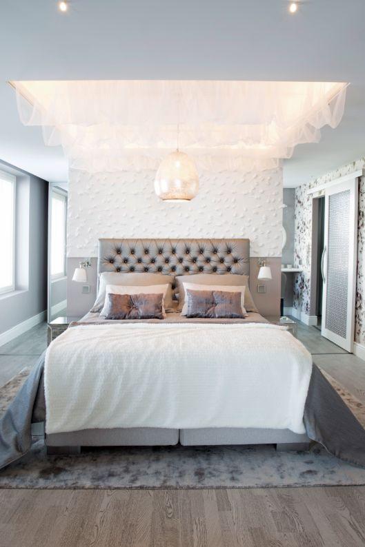 Makuuhuoneessa on sängyn päällä kattoverho Sisustus Nallesta. Keskeltä roikkuu Sisustusliike S.A.L.I.:n hopeoitu kattovalaisin. #asuntomessut 2014