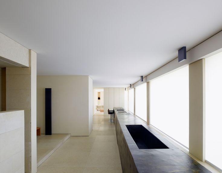 ... come anche le altre luci a soffitto, tutte di Viabizzuno su disegno