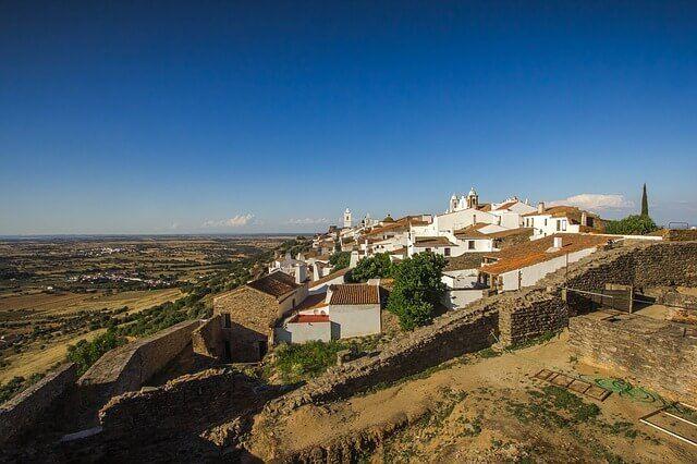 Rengeteg aprócska kisváros létezik Portugáliában, amelyik még mindig kicsit a múltban él. A lakosok még mindig régimódi módszerekkel készítenek bort, a régi technikákkal főznek és szamarak jelentik…