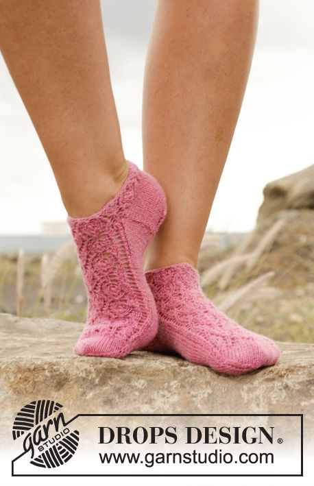 "Ankle socks with lace pattern in #Sockalicous ""Fabel"". Free #knitting pattern"