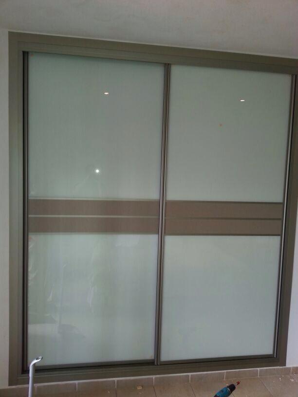 frente de armario corredera perfilera y tapetas acero cristal lacado blanco y centro melamina cristal