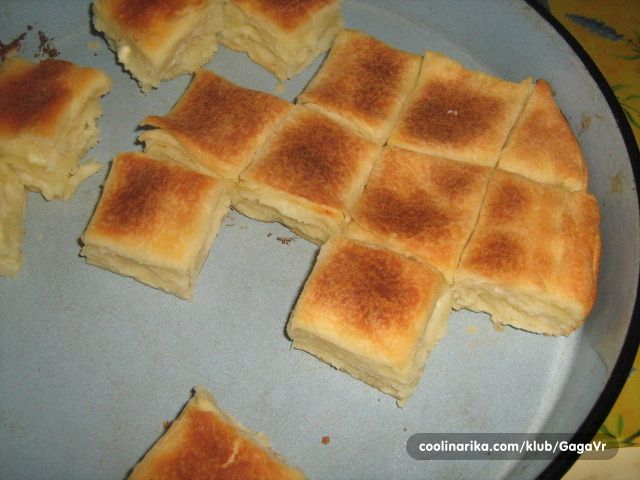 Sastojci  5 čaša brašna  1/2 kvasca  3 kašičice soli         voda  ulje, mast  oko 200gr sira   Priprema  1.  Od brašna, soli, kvasca i vod...