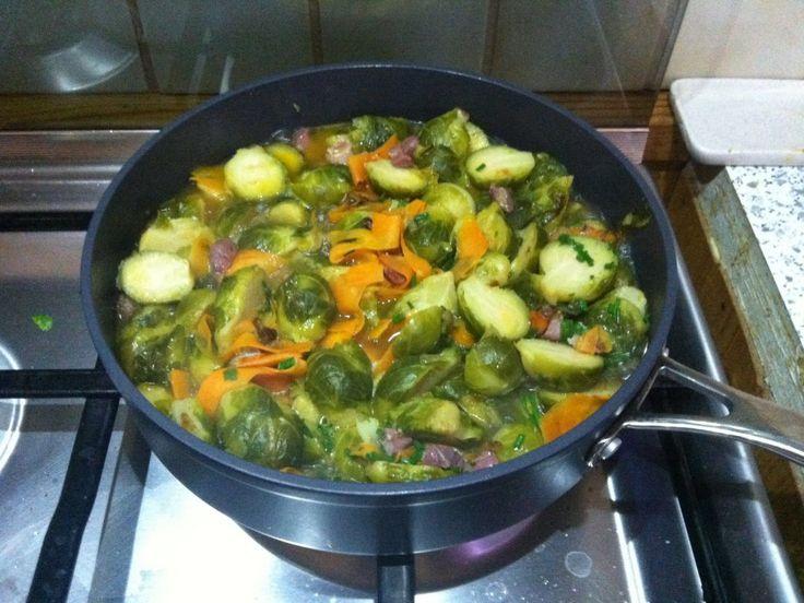 chou de bruxelles, oignon, carotte, Poivre, Sel, coriandre, ciboulette, cube de bouillon, huile
