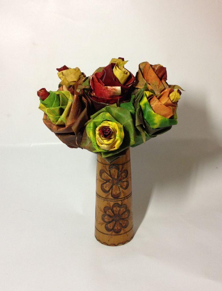Podzimní kytice Podzimní dekorace jak má být. Každá květina je ručně tvořená a na každou jsou listy pečlivě vybírány. Kytice je tvořená 7 růžemi. Při objednávce vytvořím novou - čerstvou kytici :)Je tedy možné si vybrat barevnost (červená, žlutá, zelená) Vhodná dekorace na podzimní stůl, která vydrží.