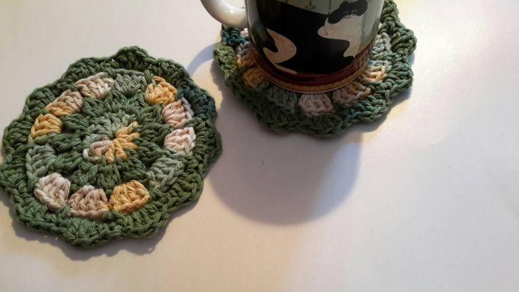 Joli ensemble de deux sous-verres ronds verts,beige et jaune motif délicat fleur crochet coton pratiques et décoratifs pour protéger table de la boutique Agadoux sur Etsy