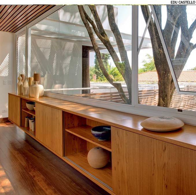 A madeira predomina neste sobrado projetado pelo escritório Reinach Mendonça. Além do móvel suspenso, o corredor para as suítes tem réguas de cumaru no forro do teto, no assoalho e nas portas.