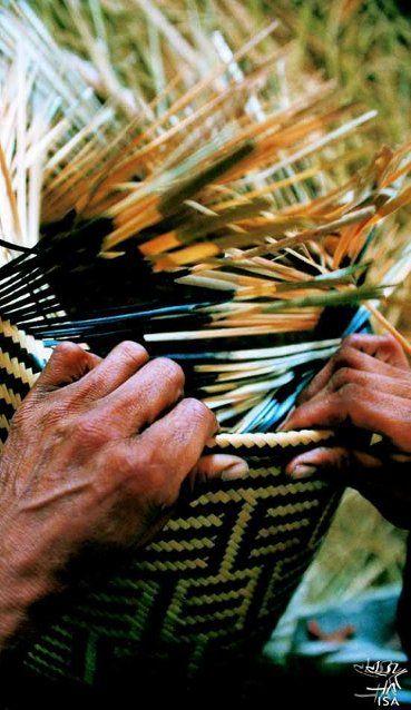 """""""Cestaria de arumã baniwa. Foto: Beto Ricardo, 2000""""    As formas de manipular pigmentos, plumas, fibras vegetais, argila, madeira, pedra e outros materiais conferem singularidade à produção ameríndia, diferenciando-a da arte ocidental, assim como da produção africana ou asiática. Entretanto, não se trata de uma """"arte indígena"""", e sim de """"artes indígenas"""", já que cada povo possui particularidades na sua maneira de se expressar e de conferir sentido às suas produções. (...)"""