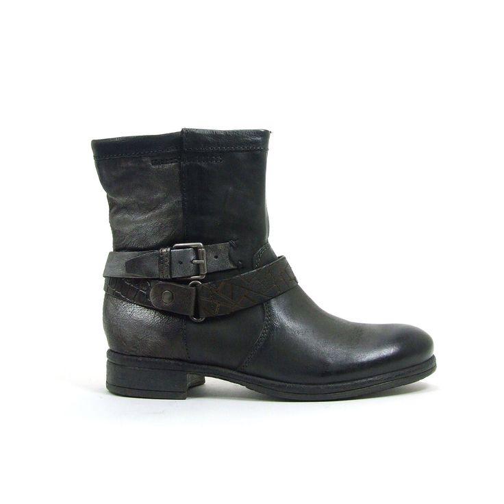De slogan van Mjus voor het winterseizoen 2014/2015 is Raw Elegance en daar voldoen deze platte laarzen helemaal aan. De laarzen van Mjus zijn lekker casual en vaak opgebouwd uit verschillende soorten en kleuren leer. Zo is de voorkant van de laarzen uitgevoerd in een stoere leersoort in een fraaie kleur donkergroen. De achterkant daarentegen heeft een metallic finish. De sierbanden rond de enkel zijn beide qua kleur en print weer anders. Mjus is nooit saai.......