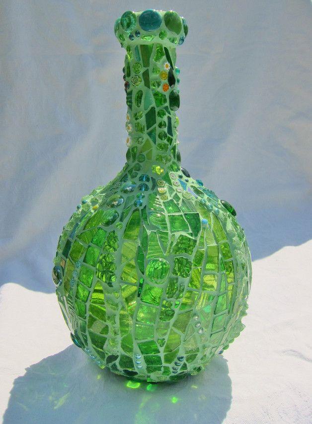 Diese Vase ist 33 cm hoch. Auf einer Glas Vase habe ich hier mit vielen verschiedenen grünen Glasscherben, Mille Fiori, Perlen - transparent und opaque - Glasnuggets in vielen verschiedenen...