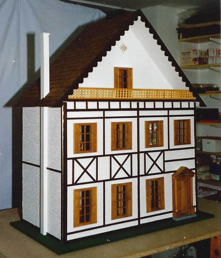"""Liebes Mini Mundus Team, die beiliegenden Fotos zeigen was aus ihrem Bauplan für das """"Süddeutsche Fachwerkhaus"""" (90700), dem 6-teiligen Sprossenfenster (50300) und  der schöne Eingangstür mit den dekorativen Säulen (60050) geworden ist. Freundliche Grüße, Hans von H."""