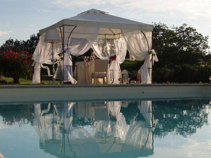 Una cena romantica a bordo piscina al ristorante romantico Taverna di Bibbiano, tra Colle di val d'Elsa e San Gimignano (Siena), a mezz'ora da Siena, a 45 minuti da Firenze.