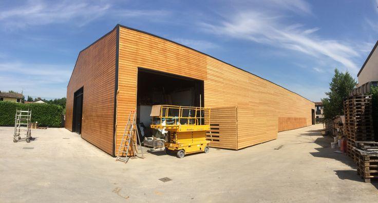Un nuovo progetto a Ontagnano, frazione di #Gonars in provincia di #Udine: abbiamo rivestito con tavole in legno di larice un capannone dell'azienda agricola Di Lenardo.  #zanutta #progetti #referenze #edilizia #atwork